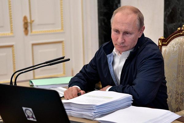 """""""直播连线""""在即 俄总统普京阅读文件了解民众诉求"""
