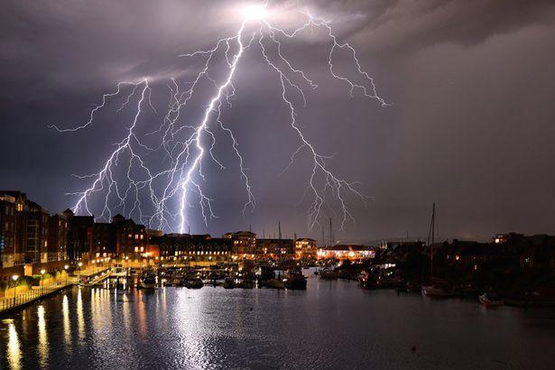 震撼!英国各地遭遇雷雨天气数千道闪电照亮夜空
