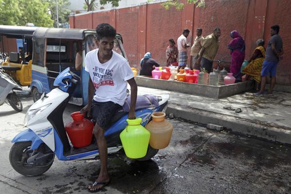 印度高温引发用水危机 民众每天拎桶囤水