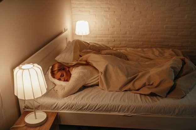 美研究:开灯、电视睡眠或增加肥胖风险