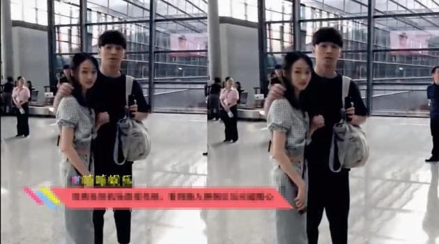 郑爽与男友张恒在机场被路人。偶遇