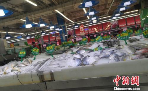 图为超市里的水产区。 谢艺观 摄