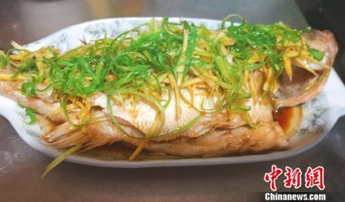 图为家常菜清蒸鲈鱼。 谢艺观 摄