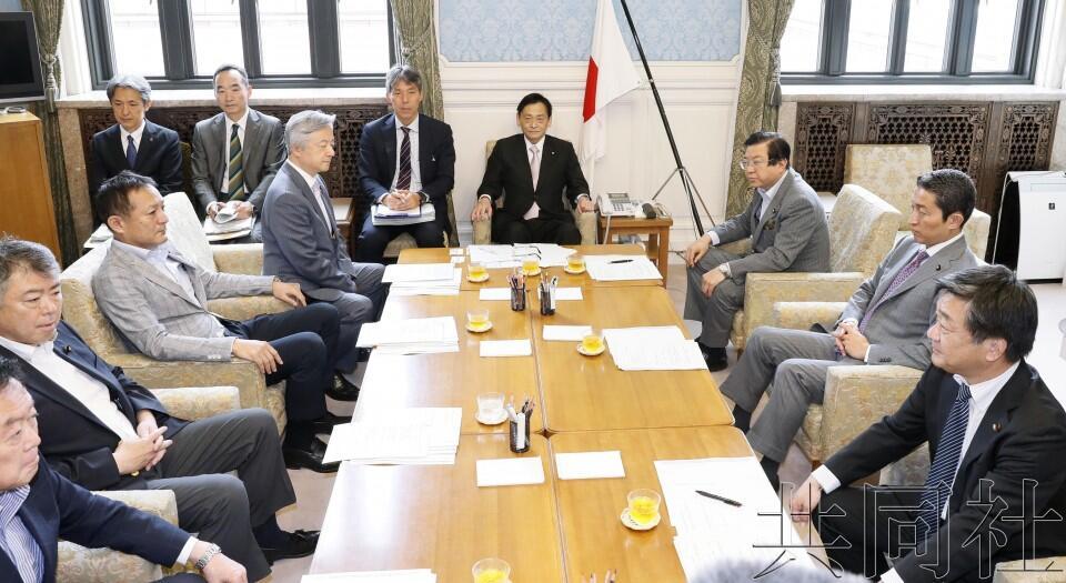 日本在野党针对麻生提交问责决议案,日媒预计将被参院否决