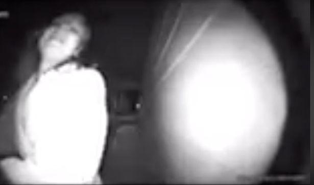 美女子夜晚遭绑架拼命拍门绝望求助 不幸被拖走