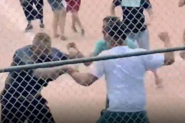 美少年棒球队教练及队员家长不满裁判结果当众斗殴