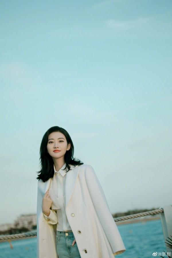 景甜晒海边美照 浅色长款外套笑容甜美