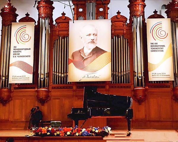 中国选手与长江钢琴双双登场第十六届比赛