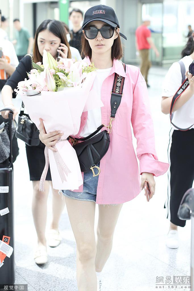 王丽坤现身机场获粉丝赠鲜花 甜美可爱