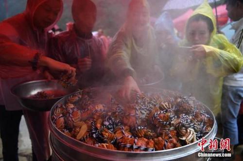 外媒:大闸蟹泛滥,比利时考虑将其送回中国人餐桌上