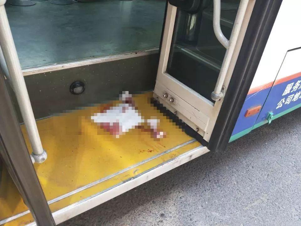 公交车上,司机一回头,看到一排排血脚印!结局让人点赞!