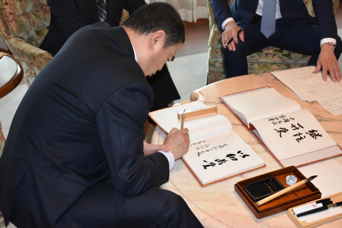 """中国驻日本大使孔铉佑题词""""以和为贵"""":当前中日关系来之不易 需倍加珍惜再接再厉"""