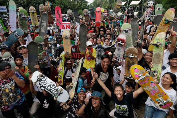 """世界滑板日 菲律宾滑板爱好者街头上演""""魔鬼办法"""""""