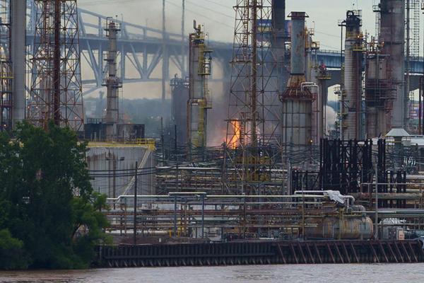 美国费城最大年夜炼油厂爆炸致5人受伤 100公里外有震感