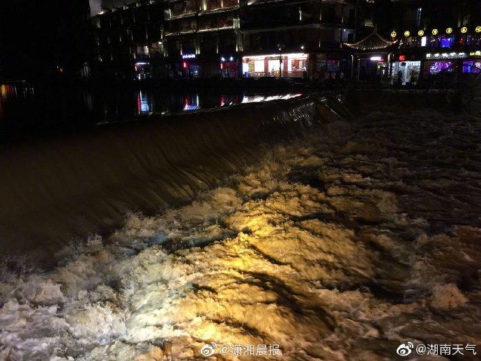 游客朋友注意 ! 强降水导致凤凰古城水位上涨