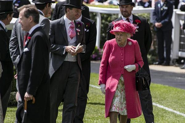 英国女王出席皇家跑马会