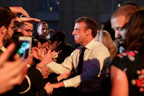 法国总统马克龙出席音乐节 与粉丝热忱互动