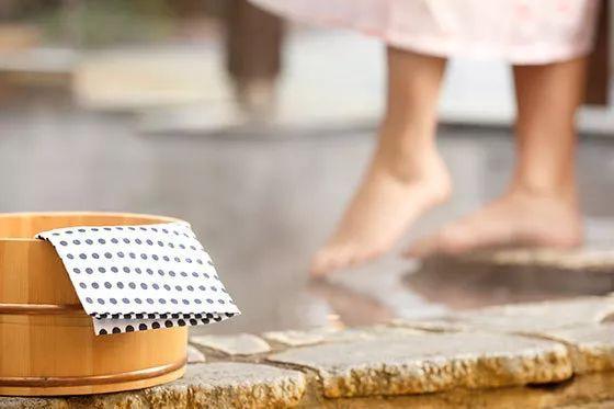 日本当局建议将混浴年纪向下调剂:上小学就不该该了