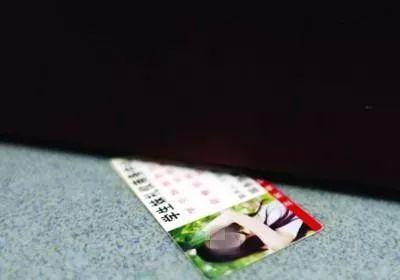 男子往门缝里塞辣眼睛卡片,没想到一屋男人竟然是 ……