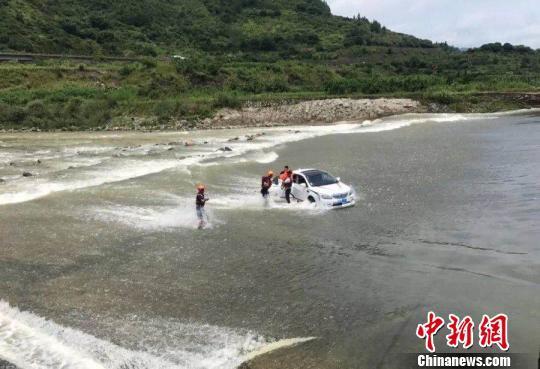 男子开车进激流致车上5人险被困 理由竟是为了洗车