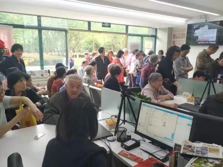 杭州20位老人冒大雨抢领首批遗嘱证!有人刚录完像就后悔,有人想防一防儿媳妇