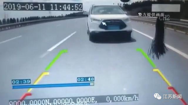 """撞护栏后撞货车,弹回护栏再追尾!SUV突然成""""碰碰车"""",只因…"""