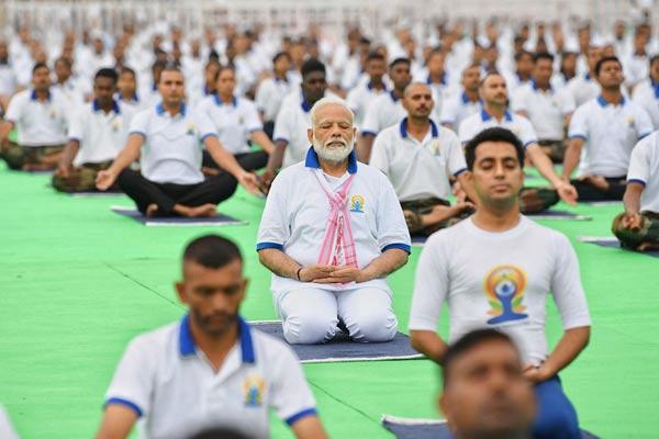 庆贺国际瑜伽日 印度总理莫迪带领数万人一路做瑜伽