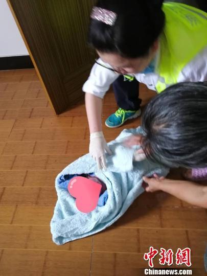 孕妇自家厕所意外早产 救护车4分钟赶到急救母婴脱险