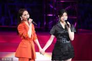 杨丞琳陈妍希演唱会深情对唱