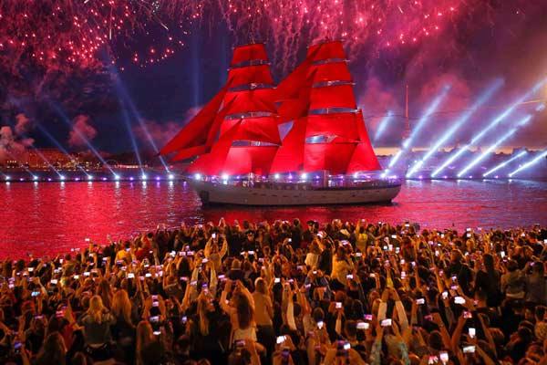 扬帆起航!俄圣彼得堡举行红帆节美轮美奂
