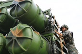 我军女子导弹连亮相 熟练操控红旗16防空导弹