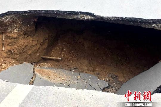 宁夏银川一路口塌陷深约3米 造成交通大面积堵塞