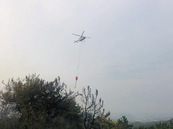 防北京平谷金海湖山火复燃 直升机空中洒水