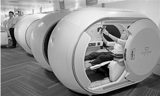 看上去很潮的胶囊舱 飞机延误时,你会去眯一会吗?