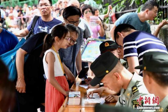 港媒:解放军驻港部队开放日 3万张参观券4小时领完