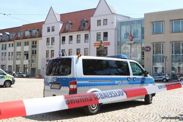 德国警方收到炸弹威逼,警察紧急分散购物中间