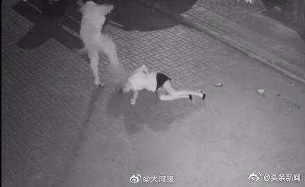 深夜街头一女孩遭男子殴打扒衣拖行,绵阳网警征线索