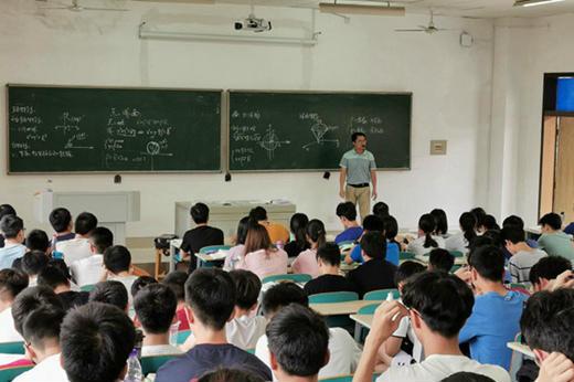 """高数教师成""""网红"""" 网友:这样的老师给我来一打"""