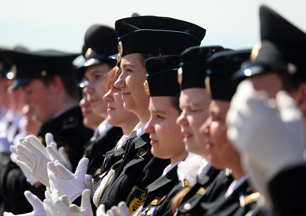 高大年夜上!学员在巡洋舰上参加卒业典礼 颜值注目