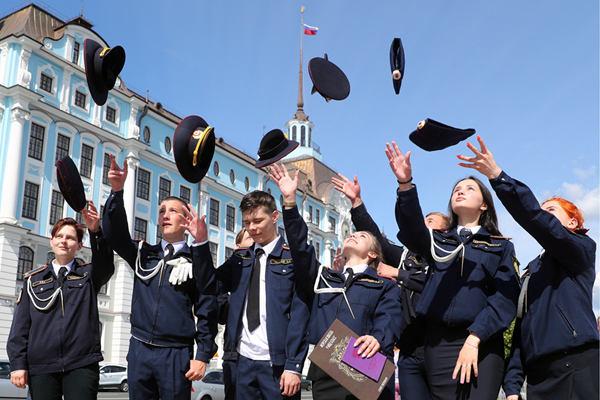 学员在巡洋舰上参加卒业典礼 颜值注目