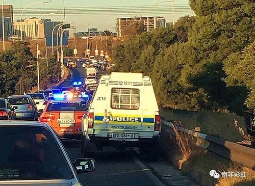 非媒:约堡抢匪高速路上抢劫华人 侨胞驾车猛冲化险为夷