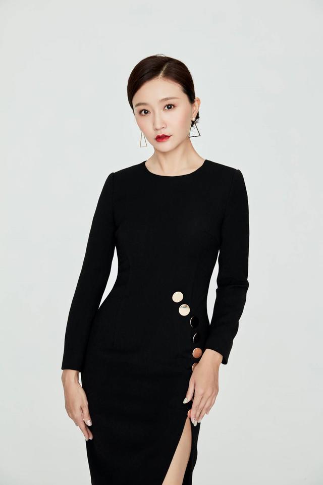 武笑羽发布新写真照 黑色连衣裙尽显迷人气质