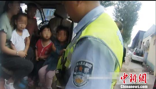 """河北涿州一""""黑校车""""超员600% 座椅被改成木板凳"""
