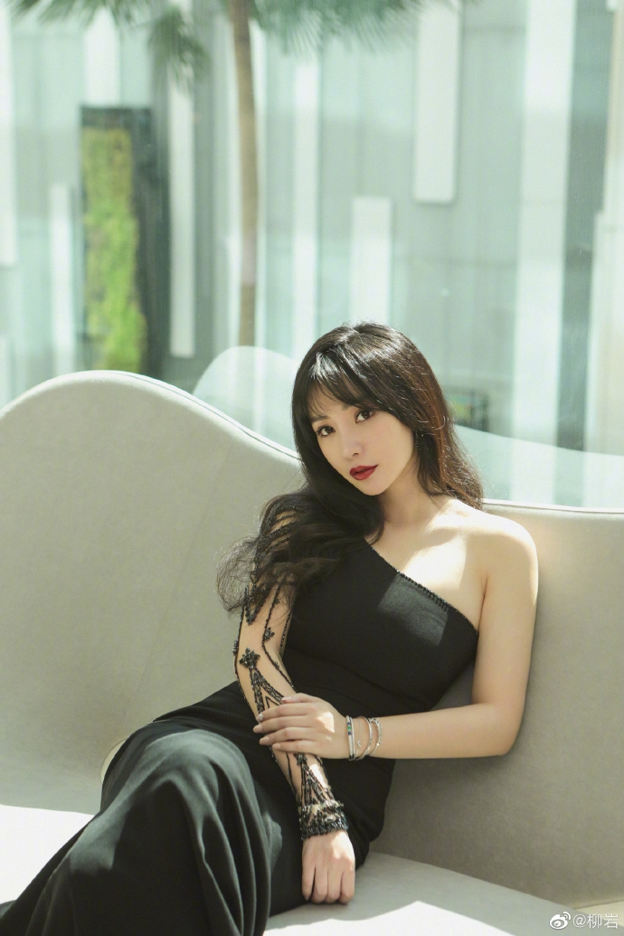 柳岩穿黑色长裙香肩半露 烈焰红唇身材窈窕秀熟女魅力
