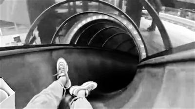 """重庆轨道站可以滑""""滑梯""""出站? 管理方回应"""
