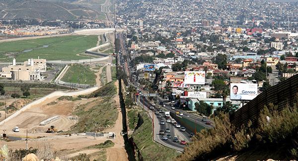 墨西哥防长:1.5万士兵已部署美墨边境,阻止移民偷渡美国