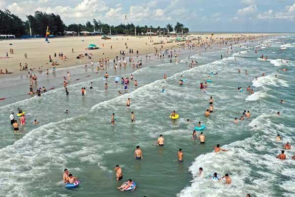 北海进入旅游旺季 民众扎堆银滩戏水