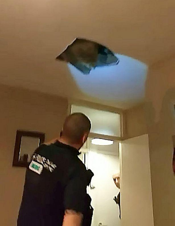 英男子为躲避警察藏阁楼 天花板破裂后双腿悬挂空中