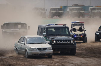 防務車輛展上演警匪追逐 場面堪比好萊塢大片