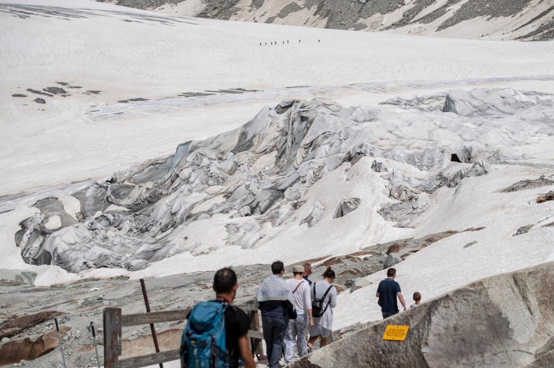 冰川都热化了!极端高温致瑞士隆河冰川消融